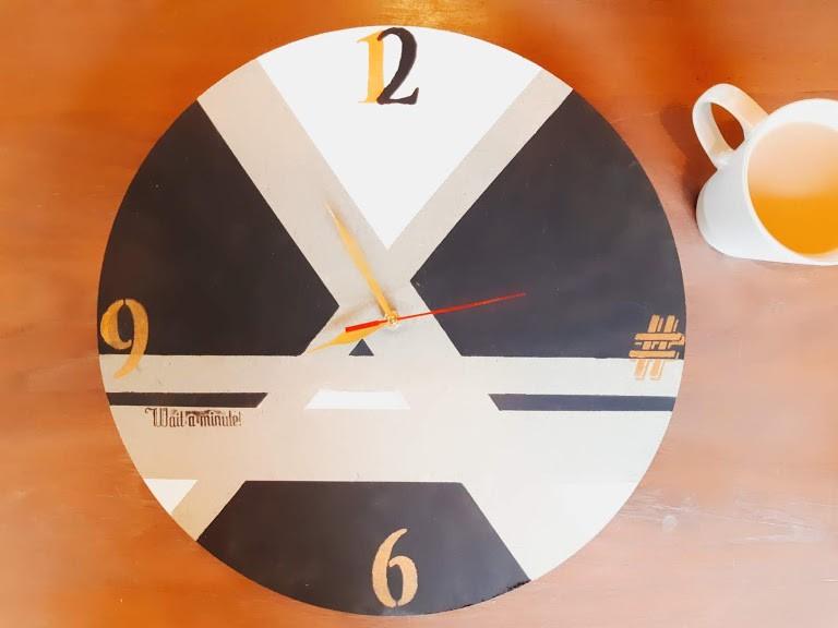 שעון עץ גדול בעיצוב שלכם
